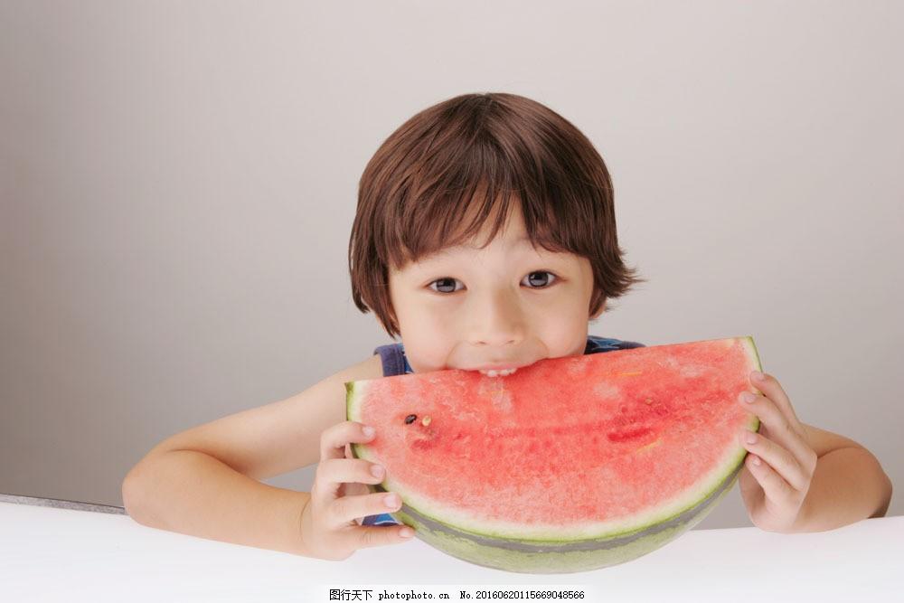 吃西瓜的小男孩 吃西瓜的小男孩图片素材 美食 美味 好味道 可爱