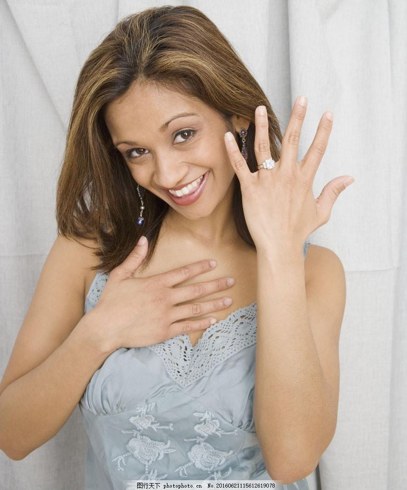 戴戒指的美女图片
