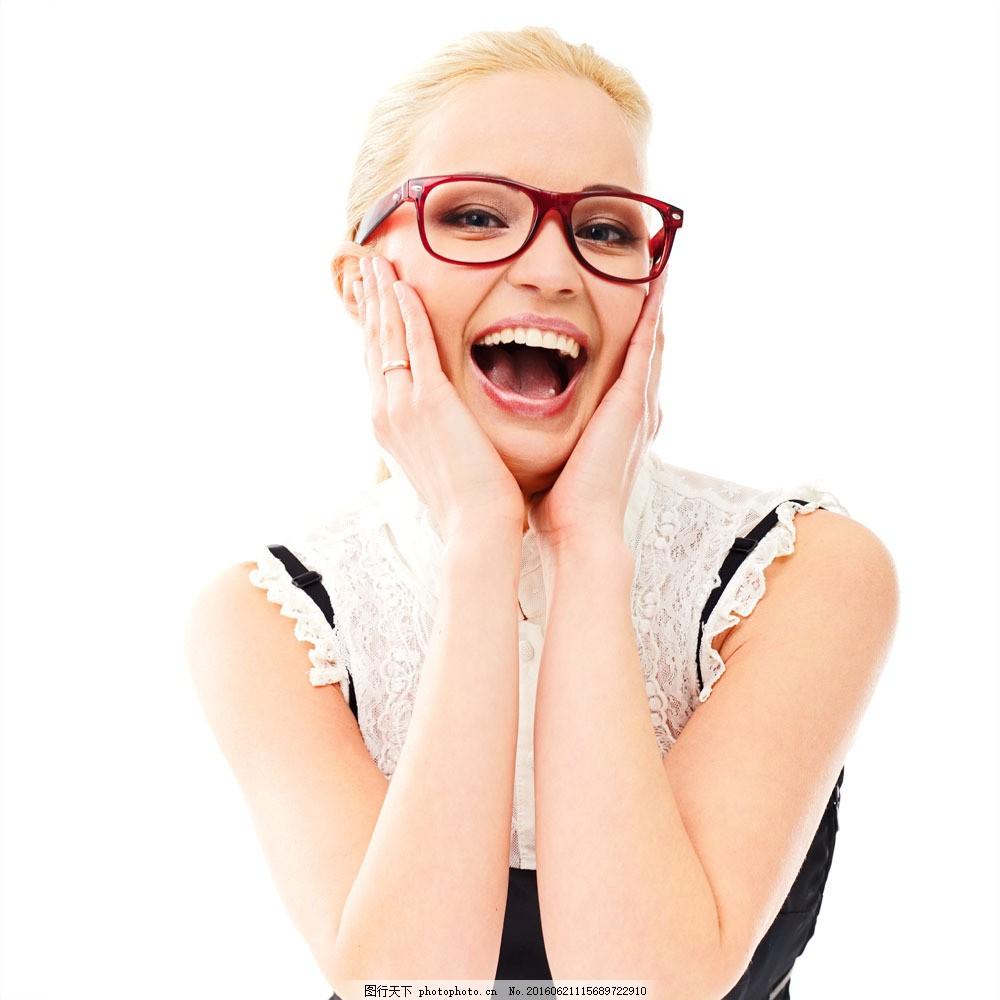 开心大笑的美女 开心大笑的美女图片素材 外国美女 红边眼镜 双手摸脸