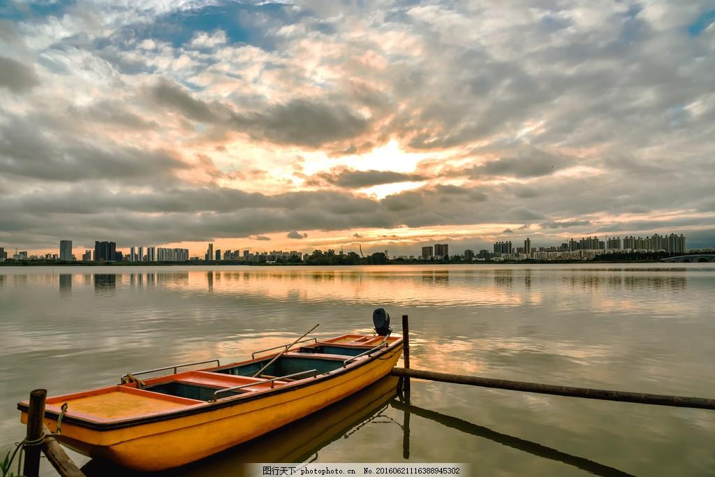 停泊的小船风景图片