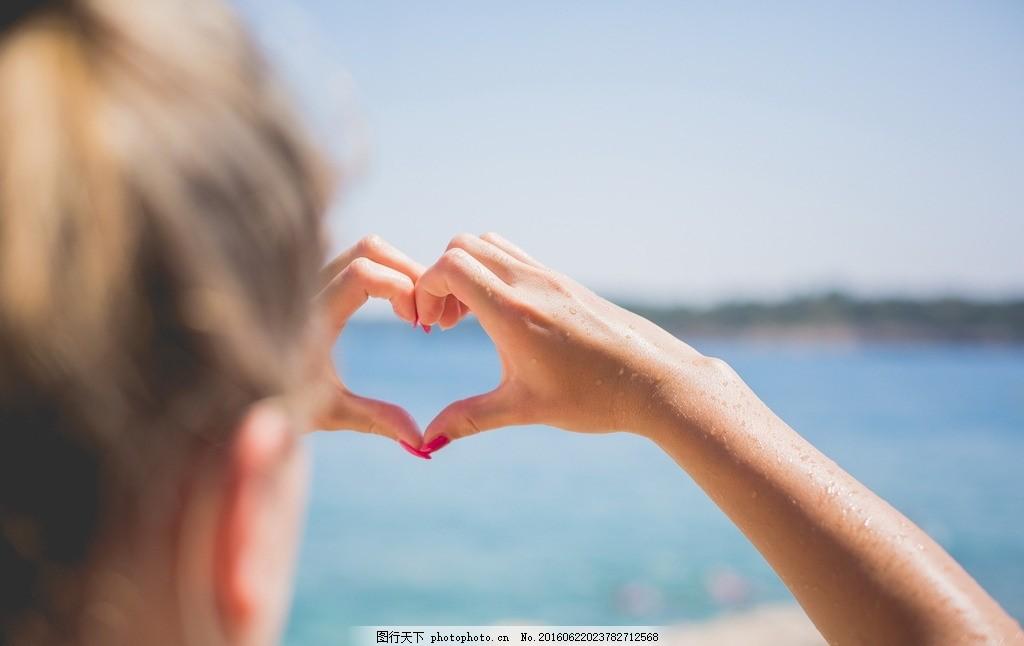 手比爱心 爱心 比爱心 比心 手摆爱心 爱心手势 动作 手势 海边 少女