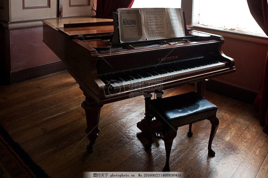 放在地板上的钢琴 木头 音乐 椅子 黑色 褐色 琴键 谱子 窗户