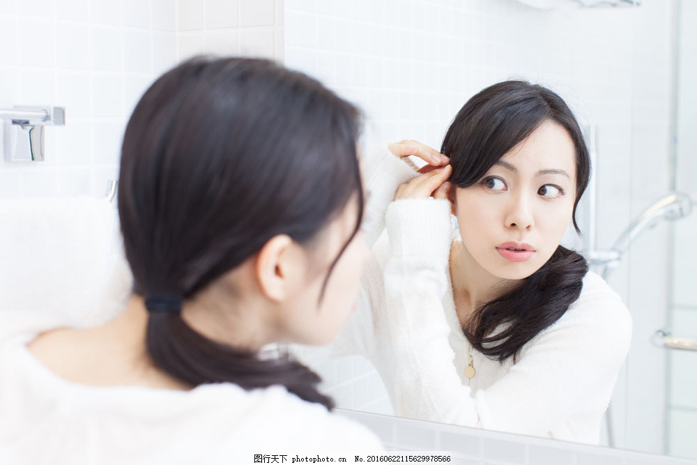 照镜子弄头发的女人图片