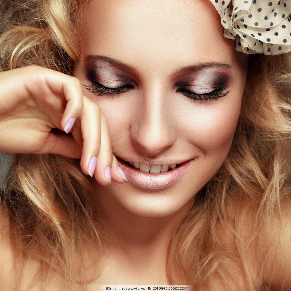 闭眼微笑美女图片