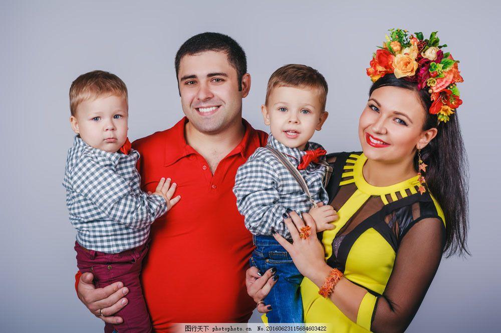 双胞胎 小男孩 儿童 小男生 美女妈妈 爸爸 欧美男性 外国男人 男士