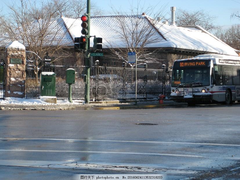 空曠的十字路口 紅綠燈 垃圾箱 房子 公交車     紅色 jpg