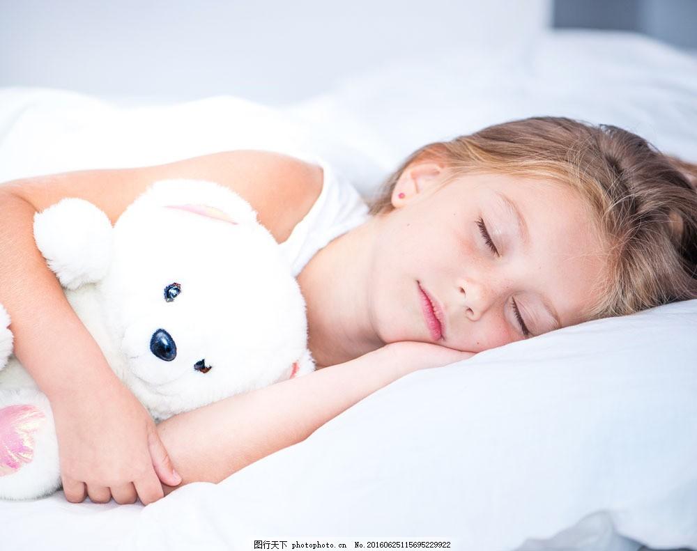 熟睡的可爱女孩图片