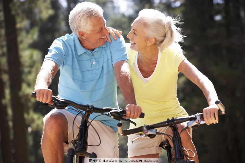 骑自行车的老人图片