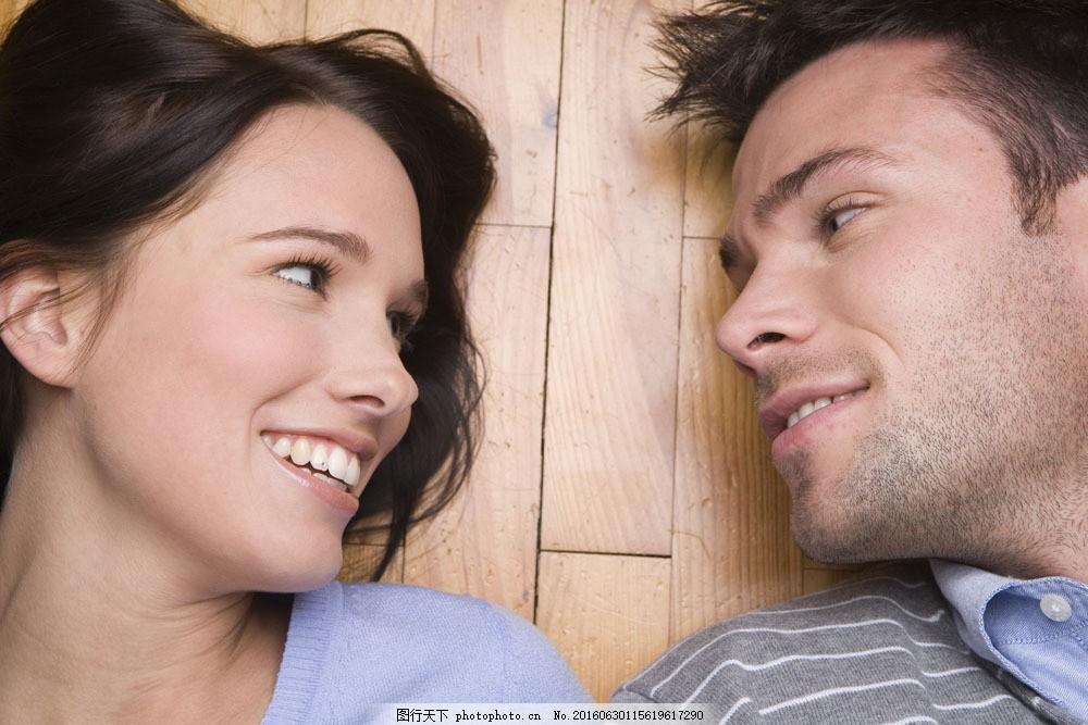 躺在地板上的情侣图片,生活休闲素材图片素材,人物,女人,男人,外国女人,外国男人